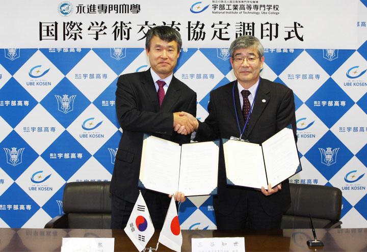 協定書を披露する柳鏞熙 副総長と三谷校長
